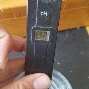pH pen in water at 7