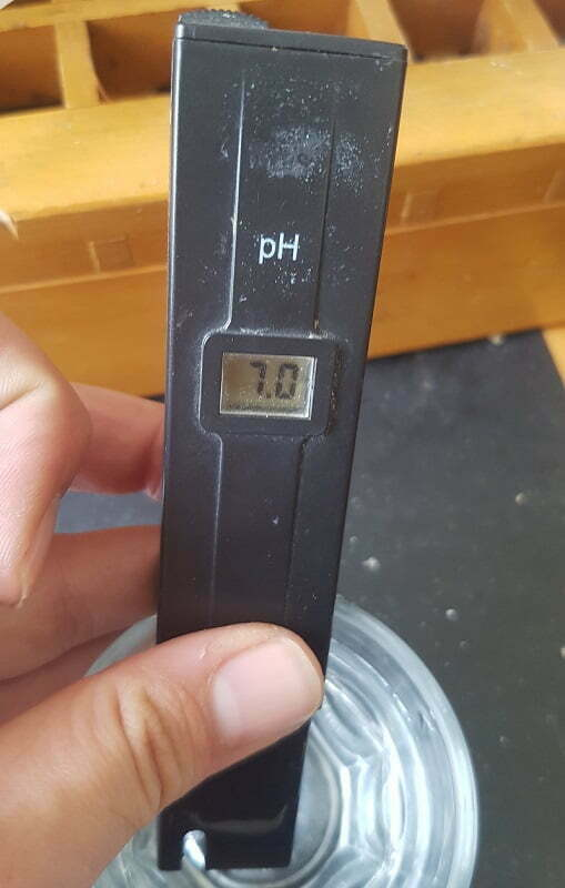 pH pen in water at 7